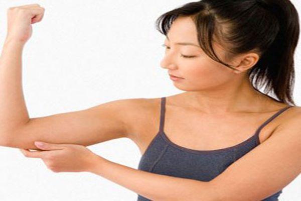 Xoa cánh tay nhẹ nhàng giúp giãn cơ