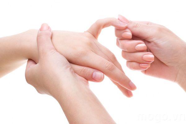 Massage nhẹ nhàng các đầu ngón tay