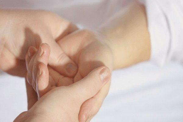 Massage lòng bàn tay giúp giảm đau hiệu quả
