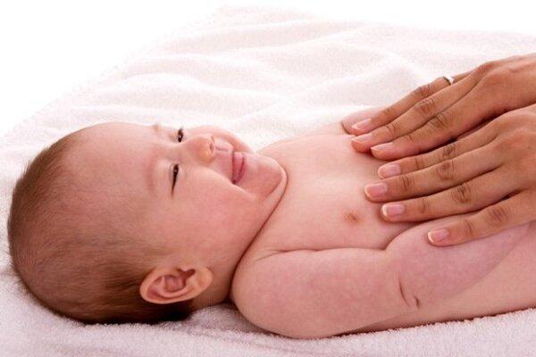 Massage bụng cho bé 4 tháng tuổi