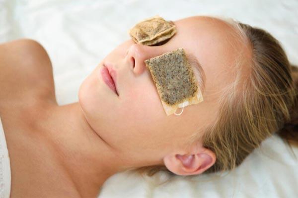 cách trị thâm mắt bằng túi trà lipton